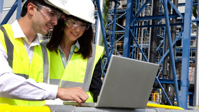 Construction managers using SAP Vehicle Insights on site