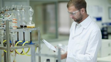 Chemist monitoring sample testing in laboratory