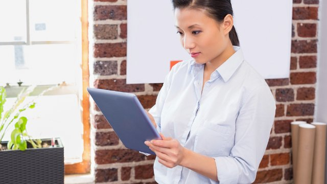 Employee using SAP Mobile Documents on a tablet sharing files with co-workers